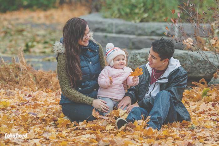 barnfamilj i höstpark